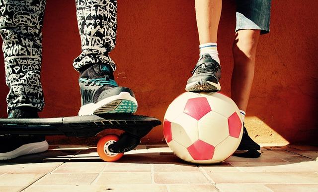 kluci na skateboardu